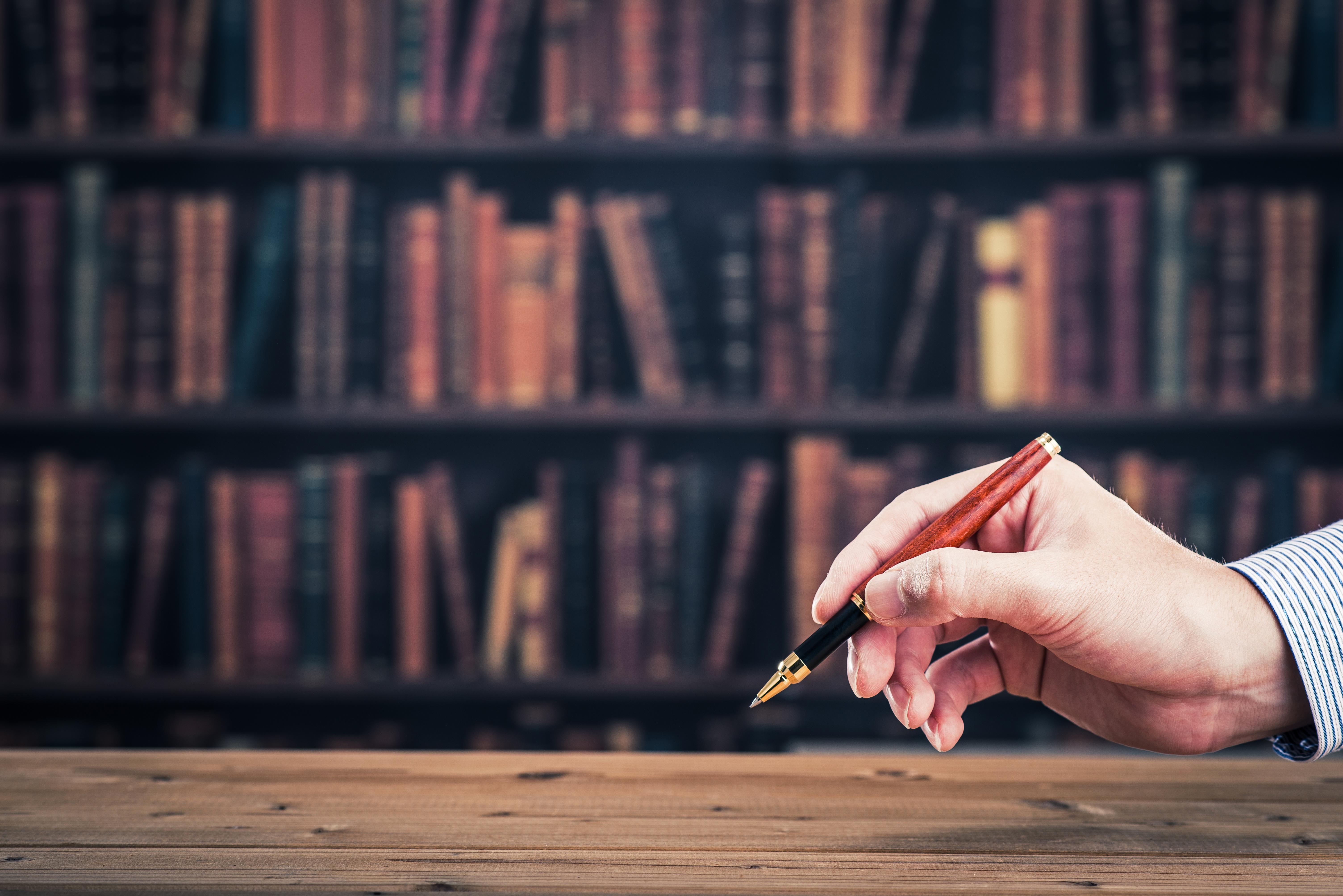ペンを持っている男性の手
